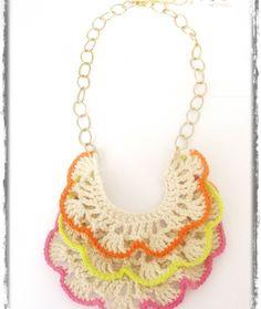 Collar tejido a crochet en hilo de algodón color blanco con cadena dorada y perfilado en colores flúor.  Ideal para lucir sobre un lindo bronceado!!!