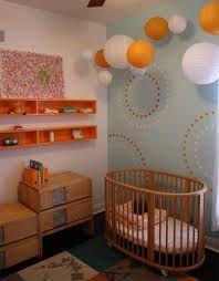 Opções de cores para dialogar com móveis de madeira. Quarto predominantemente claro com nichos com cores vibrantes no alto