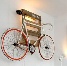 Amazing space-saving bike storage ideas your garage for small room and apartments. These indoor bike storage solutions are for pedal pushers who can't part with their bike. Amazing space-saving bike storage ideas your garage for small room and Indoor Bike Rack, Indoor Bike Storage, Bike Storage Rack, Wall Mounted Bike Storage, Pallet Storage, Wood Storage, Wooden Pallet Projects, Wooden Pallet Furniture, Wooden Pallets