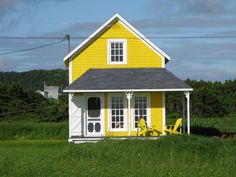 Colourful tiny home - Iles de la Madeleines Canadian House, Little Houses, Small Houses, Good House, Victorian Homes, Canada, House Colors, Building A House, Illuminati