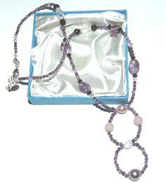 Halsband i ametist färgar - med halvädelstens Agater och Rosenkvarts, med Swarovski kristallpärlor