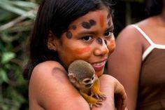 Amazone avec un singe. Cette photo est tirée de l'émission « Le monde est à nous ». Nat Geo
