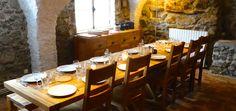 Tablée 12 couverts dans salle à manger ancienne étable. Chalet Camp de Base de l'Enversin, Oz en Oisans, Vaujany