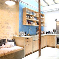 Cuisine en béton et bois dans un loft à Paris.