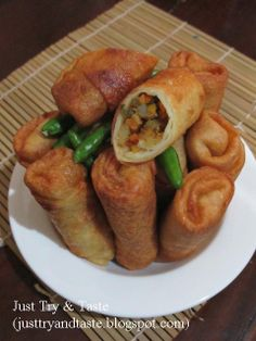 Just Try & Taste: Lumpia Goreng Isi Sayuran Indonesian Desserts, Indonesian Cuisine, Indonesian Recipes, How To Cook Tempeh, Snack Recipes, Cooking Recipes, Yummy Recipes, Easy Snacks For Kids