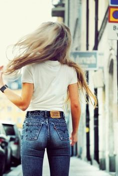 high waisted denim and white tees. Looks Chic, Looks Style, Style Me, 70s Style, Classic Style, Grunge Fashion, Look Fashion, Womens Fashion, Denim Fashion