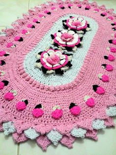 The 6 Petal Puff Stitch Flower Blanket looks so lovely. It will be a great gift idea for baby shower. This baby blanket is easy enough for total beginners to cr Crochet Dollies, Crochet Flowers, Crochet Home, Diy Crochet, Free Crochet Doily Patterns, Bathroom Crafts, Crochet Cushions, Chunky Crochet, Unique Crochet