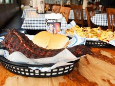 Make the most of Memphis with this guide to the city's must-try restaurants for barbecue, pizza, burgers and beyond.