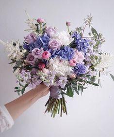 "90 Likes, 3 Comments - Lemongrass Wedding (@lemongrasswedding) on Instagram: ""A bouquet for today's bride. 新鮮滾熱辣~昨日剛做起,設計來給今日一位新娘子用的,花球用了靚靚的紫色繡球,希望今日hazel mug mak婚禮順利,幸福快樂!…"""