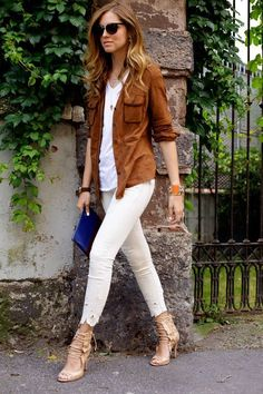 white jeans with brown shirt and sandals