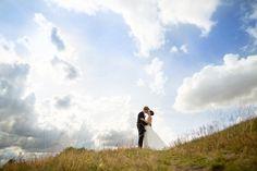 Att fota ett underbart brudpar med en himmel som hela tiden förändrar sig... Finns inte mycket som toppar det! Bröllop porträtt bröllopsfotograf stockholm Uppsala Gamla Up