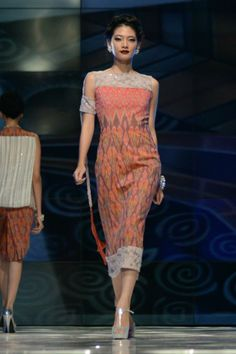 From the Romansa Gala collection of Didiet Maulana's IKAT Indonesia label, as showcased on art8amby's blog in May 2013 #ikat #Indonesia #fashion