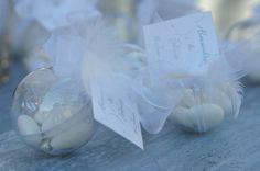 Dragées : plume, ruban organza, blanc et billes argent