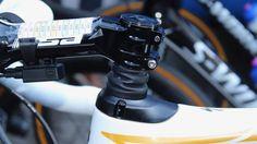 Em casa, Tom Boonen foi ovacionado no Tour de Flanders 2017. Ele competiu usando uma novíssima Specialized Roubaix com a suspensão Future Shock que fica abaixo da mesa. A Future Shock é uma suspensão do guidão e da mesa, que possui 3 diferentes compressões das molas. #bike #ciclismo #ciclismo de estrada #dicas de bike #dicas de pedalada #specialized 2017 #Specialized bikes #speed #tecnologia na bike