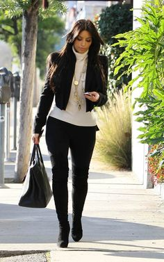 Legging tips for pear-shaped women If you have the classic pear-shaped body (small on top, bigger on bottom), your first inclination might be to avoid leggings altogether. Worn the right way, however, leggings can be a fashionable and flattering look. Think Kim Kardashian. Ankle-length leggings are a staple in Kim's wardrobe, paired with a long tunic layered with a jacket or cardigan. Try a chunky ankle boot with a small heel to give your outfit a little extra sass.