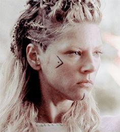Vaizdo rezultatas pagal užklausą vikings make up Viking Braids, Viking Hair, Viking Face Paint, Lagertha Hair, Lagertha Costume, Viking Makeup, Vikings Halloween, Warrior Makeup, Makeup Crew