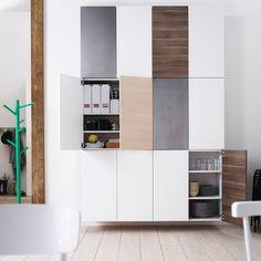 Væg lavet af IKEA køkkenskabe med låger på begge sider, 2 i bredden og 3 i højden.