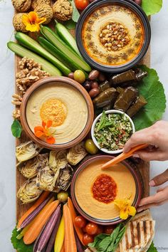 Sabra McKibbon Find out how to make a beautiful vegetarian mezze style Mediterranean hummus platter with these simple tips! This easy Greek mezze platter is loaded up with cold veggies falafel hummus flatbread olives and more. Aperitivos Vegan, Hummus Platter, Mezze Platter Ideas, Meze Platter, Snack Platter, Kitchen Recipes, Cooking Recipes, Kitchen Tips, Kreative Snacks