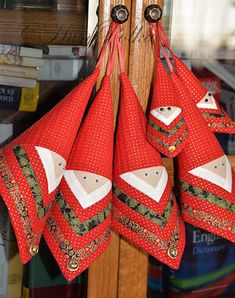 """""""Hung(a)ry for quilt"""": Patchworkowy Mikołaj metodą log cabin / Patchwork Mikulás… Christmas Crafts Sewing, Fabric Christmas Ornaments, Christmas Patchwork, Quilted Ornaments, Santa Ornaments, Christmas Pillow, Christmas Projects, Handmade Christmas, Christmas Diy"""