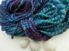 BLUE BUBBLES handspun / handdyed / art yarn / thick a nd thin / knittingg / weaving / felting / hndgesponnen / handgeverfd / wool / wol door hetwolhuuske op Etsy