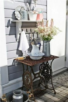 23 deco ideas on how your old sewing machine finds a reuse - Garten - Balcony Furniture Design Decor, Furniture, Vintage Garden, Country Decor, Porch Decorating, Home Decor, Garden Furniture, Old Sewing Machines, Sewing Machine Tables