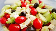 Keto-Friendly Greek Salad recipe, perfect for a quick lunch, prepared in minutes with only of carbs! Greek Salad Recipes, Salad Recipes Video, Healthy Salad Recipes, Keto Recipes, Keto Foods, Traditional Greek Salad, Mediterranean Cookbook, Fatty Liver Diet, Salad Ingredients