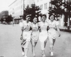 ビール(昭和9年)▷横浜のビールスタンドのサービスガール | ジャパンアーカイブズ - Japan Archives