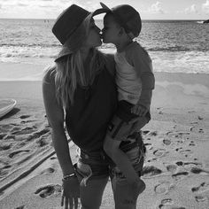 Hilary Duff shows off enviable curves in white distressed skinny jeans Mommy And Son, Mom Son, Mother Daughters, The Duff, Kylie Jenner Blue Hair, Hilary Duff Bikini, Hilary Duff Show, Mother Son Photos, Selfies