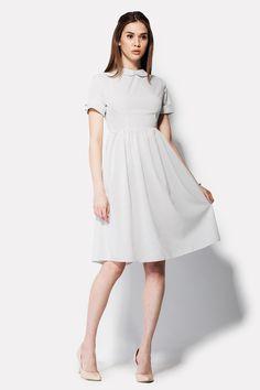 Утонченное платье MELON вызывает прилив нежности и ощущение праздника. Белый цвет вискозной ткани украшен черными вкраплениями мелких горошин. Воротник платья имеет мягкие округлые кончики, а короткие рукава оформлены с манжетами и двумя декоративными пуговицами. Талия платья отрезная. Центр спинки служит местом для потайной молнии.