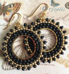 Small Hoop Earrings - Black and Gold Beaded Hoops - Handmade Jewelry Seed Bead Hoop Earrings Small Black and Gold por WorkofHeart Ruby Earrings, Seed Bead Earrings, Diamond Hoop Earrings, Crystal Earrings, Beaded Earrings, Black Earrings, Birthstone Jewelry, Gemstone Jewelry, Beaded Jewelry