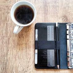 s i m p l e  a n d  p r a c t i c a l // Guten Mooorgen Ladies! Wer nutzt die linke Seite des Planers auch eher schlicht und einfach hauptsache praktisch?  Ganz nach dem Motto 'Wat mutt dat mutt'  #filofax #filofaxtheoriginal #filofaxtheoriginalblack #blackpatent #planner #simple #practical #planning #plannernerd #plannerlife #planneraddict #plannercommunity #plannerlife #plannerlove #coffee #goodmorning by mylifeisplanned