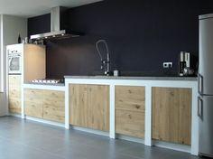 Houten keuken op maat gemaakt bij |Keukenstudio Maassluis. Let op kleuren combinatie. Keuken hout met wit. Vloer grijs.