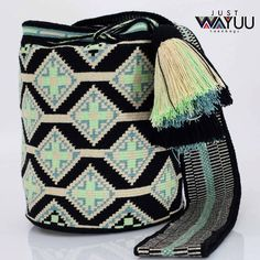 No photo description available. Tapestry Bag, Tapestry Crochet, Knit Crochet, Bead Loom Patterns, Crochet Patterns, Crotchet Bags, Mochila Crochet, How To Make Handbags, Beaded Bags
