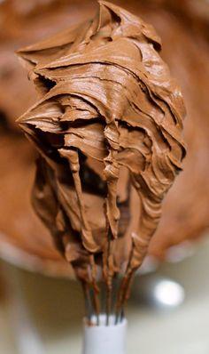 Cobertura de Chocolate apenas com 2 ingredientes, creme de chocolate meio amargo e de manteiga de chocolate Icing Frosting, Cake Icing, Buttercream Recipe, Homemade Frosting, Butter Frosting, Buttermilk Frosting, Meringue Icing, Buttercream Bakery, Whipped Buttercream