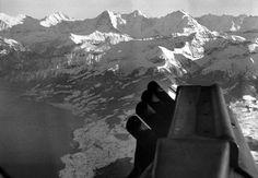 """Eiger, Mönch und Jungfrau, davor das Morgenberghorn.  Dia_280-165. User  Schoog: """"Das Bild dürfte mit grosser Wahrscheinlichkeit beim Niesen entstanden sein. Jedenfalls ist links klar der Thunersee zu erkennen, oben Eiger, Mönch und Jungfrau, davor das Morgenberghorn."""""""