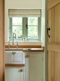 Utility - Border Oak In love with those window handles and the latch on the door! Barn Kitchen, Country Kitchen, Country Style Homes, Cottage Style, Boot Room Utility, Border Oak, Oak Frame House, Window Handles, Kitchen Utilities