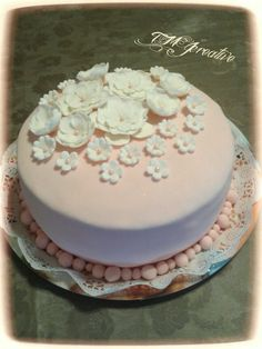 #TMJcreative #fondant #cake #birthdaycake #whiteflowers #torta