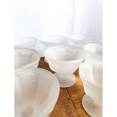 Dans la forêt des coupes à glace 🥰 Ces huit jolies coupelles en verre givré nous donnent déjà envie de nous servir des boules de glaces, avec toppings bien sûr !⠀ Hauteur : 9 cm.⠀ Diamètre : 11.5 cm.⠀ Prix : 15€ le lot.⠀ Contactez-moi en message privé pour plus d'infos !⠀ #lesesthètes . . . #nantescity#nantesmaville#nantespassion#igersnantes#igers44#nantesvintage#secondemain#brocanteenligne#brocantestyle#consommationresponsable#economiecirculaire#instabroc#vintagedesign#instavintag