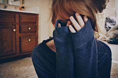 Un destrozo era su piel, al igual que su cuarto, cuando ella estaba mal. Un destrozo era su mirada toda roja, tratando de esconder que llorando, la noche entera, había pasado.