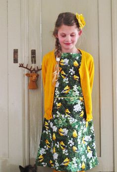 Een jurkje voor dochter Eden gemaakt van de prachtige Timeless Treasures stof Gele vogels van www.jaan.nu