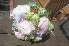 Wiesenblumen-Brautstrauß und Boutonniere mit Pastellfarbenen Wiesenblumen und Pfingstrosen - Passiflori Penzberg - Bridal bouquet with peonies and pastel coloured meadow flowers