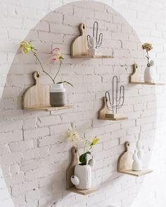 Je maakt van je muur een 'vitrinekast' voor je mooiste woonaccessoires met behulp van, jawel, snijplankjes! Staat niet alleen heel tof, je bespaart er ook nog eens veel ruimte mee! #creatiefmetkwantum #wanddecoratie #diy #zelfmaken #libelle #muurdecoratie #zelfmaakidee #wooninspiratie #woonidee