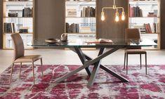 Tavolo Shangai Big allungabile con piani in cristallo temperato   Tavolo con base in alluminio composta da gambe inclinate e sovrapposte tra loro in maniera asimmetrica, con snodo centrale.