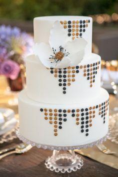 ELEGANT-WEDDING-MAGAZINE-BLOG-PHOTO-BRIDAL-INSPIRATION-CAKE-BLACK-GOLD-FLOWER-GLITTER-DOTS