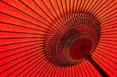 Red umbrella japanese art impresiones fotográficas por Chachaprints