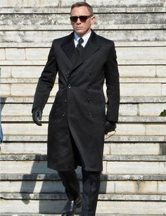 James Bond wore this amazing double-breasted coat in Spectre. Daniel Craig got the chance to wear this coat in Rome as James Bond James Bond Suit, Bond Suits, James Bond Style, New James Bond, Rachel Weisz, Sharp Dressed Man, Well Dressed Men, Black Overcoat, Black Suits