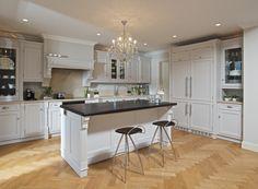 Tradiční bílá kuchyň Hš Rustikal z masivního dubu. #bílá kuchyň