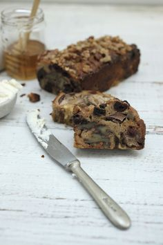 Fruit Loaf - If you like something like a little sweet treat with your morning coffee, then try this recipe. Another great thing about this fruit loaf is that it has no refined sugar and it's not too sweet. It's high in protein and it's gluten free. Healthy Chef, Healthy Fruits, Healthy Baking, Healthy Desserts, Real Baking, Flourless Cake, Fruit Bread, Free Fruit, Baking Tins