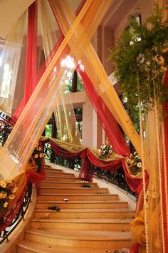 Wedding Staircase Decoration, Wedding Stairs, Wedding Hall Decorations, Desi Wedding Decor, Luxury Wedding Decor, Mehndi Stage Decor, Pakistani Mehndi Decor, Reception Stage Decor, Mehendi Decor Ideas