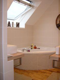 Salle de bain à Plogonnec réalisée par ALEXANDRE - LE BERRE. Salle de bain, plomberie, faïence, peinture, parquet, plomberie, baignoire d'angle, électricité, aménagement